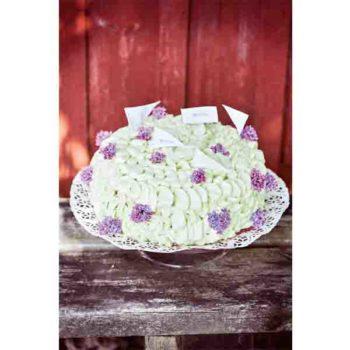 Tårtan är bakad med mumsiga fyllningar