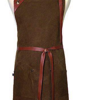 Förkläde Tommy i bomullscanvas med detaljer i läder. Total längd och Bredd, 69x84 cm. 895 kr hos longcoastliving.se
