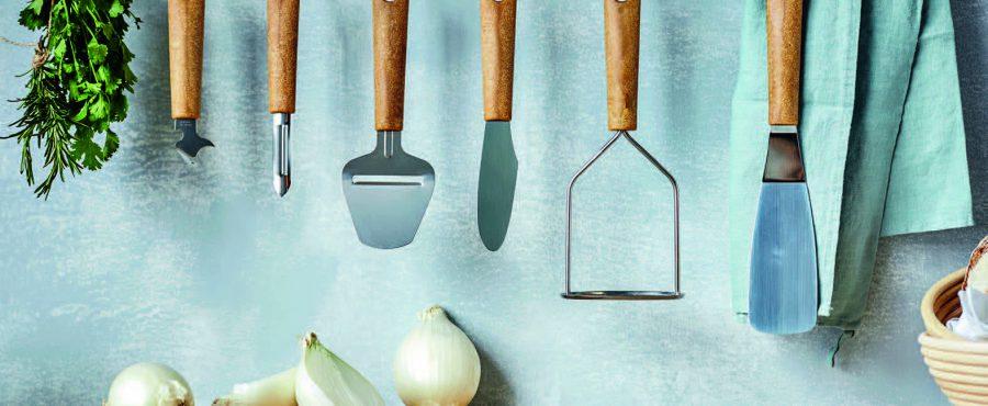 Gastromax lanserar köksredskap tillverkade av biokomposit.Det biobaserade materialet är av gran och sockerrör från certifierade och hållbart brukade svenska skogar.Produkterna är hårda, slitstarka, hygieniska och tål maskindisk. Alla köksredskap har blad i rostfritt stål.Från ca 45 kr.